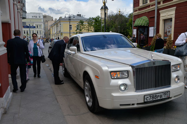 В церковь невеста прибыла на шикарном лимузине