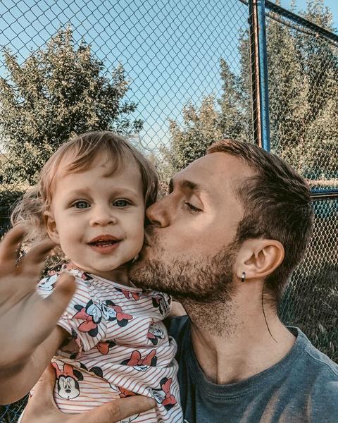 После развода Мия осталась жить с мамой, но отец часто навещает малышку