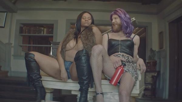 В новом клипе артист щеголяет в леопардовой юбке, кожаном топе и парике