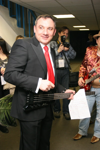 Фоменко не только работет телеведущим, он еще и активно выступает
