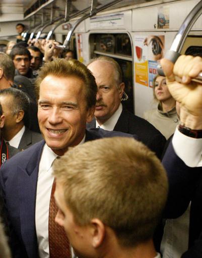 Арнольд Шварценеггер прокатился в московском метро, когда приезжал в Россию