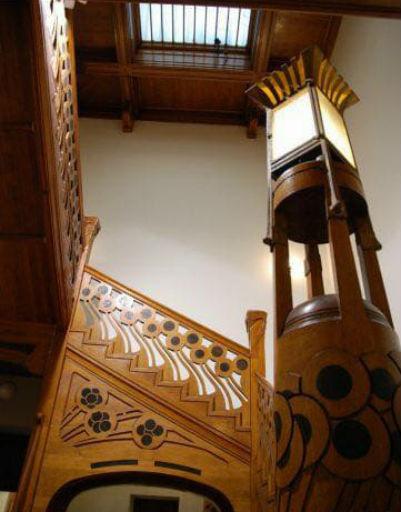 Все, включая великолепную лестницу и светильники в стиле модерн, здесь бережно сохраняется