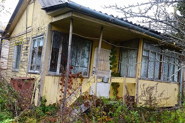 Этот «коттедж» в Подмосковье после развода Никита оставил супруге, но дом находится в аварийном состоянии