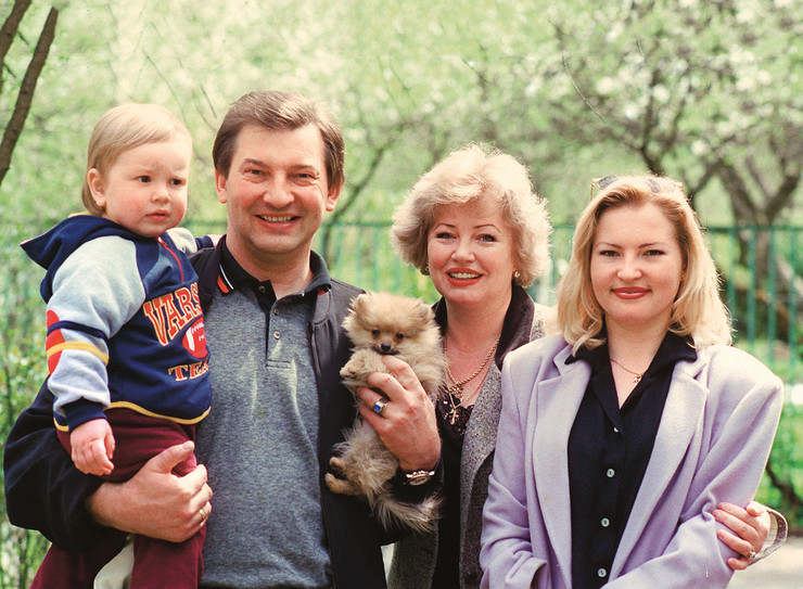 Хоккеист с супругой Татьяной, дочерью Ириной и внуком Максимом, 2000 год