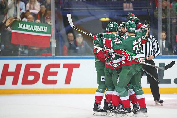 Хоккеисты «Ак Барс» отмечают победу в матче