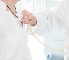 Давала малышам пиво и заковывала в наручники: что известно о медсестре, таскавшей ребенка за волосы