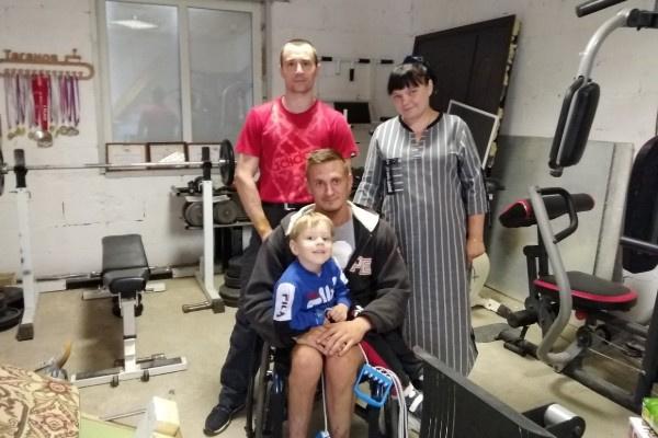 Валерий Таганов с самым юным посетителем реабилитационного центра