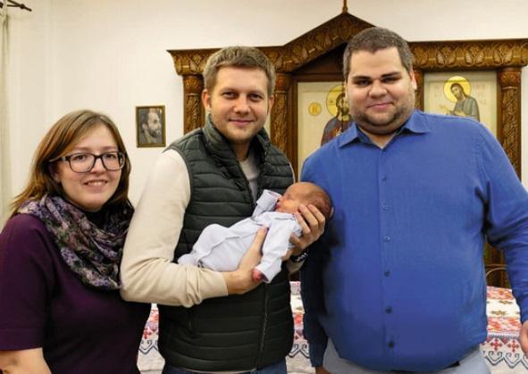 Пока у Бориса нет детей, но он стал крестным отцом для шестерых малышей. На фото — с одним из них и его родителями — лучшими друзьями
