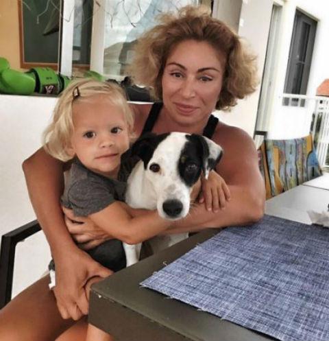 Симона Юнусова с внучкой Алисой