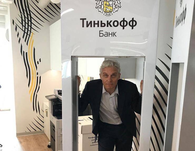 Шрамы на лице и сердце. Олег Тиньков потерял избранницу в страшном ДТП, а построив бизнес-империю, заболел раком