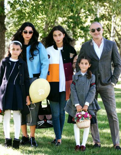 Семья Турецкого с дочерьми в День Знаний около школы в Сколково