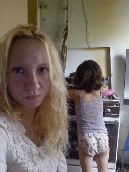 Алприка также живет со старшей дочерью в плохих условиях