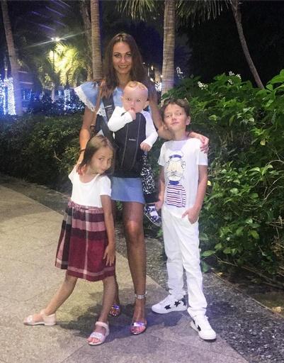 Инна Жиркова взяла с собой детей