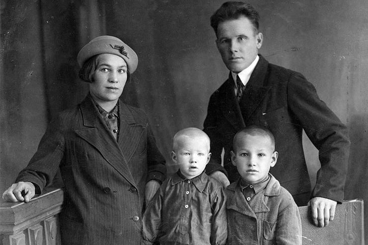 Борис Ельцин с родителями и братом Михаилом