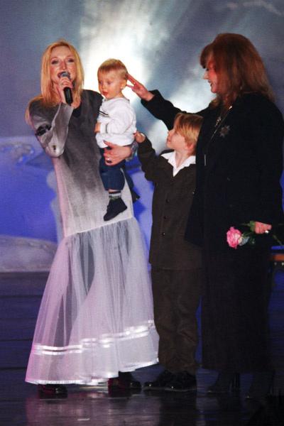 Кристина Орбакайте с сыновьями Дени и Никитой и мамой Аллой Пугачевой