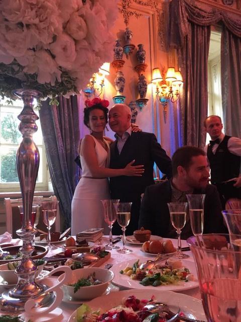 После венчания молодожены и их гости отправились на ужин в один из столичных ресторанов