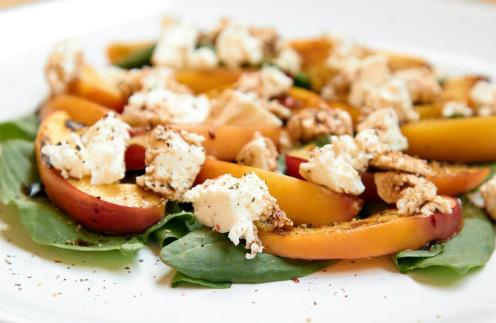 Салат из персиков и щавеля