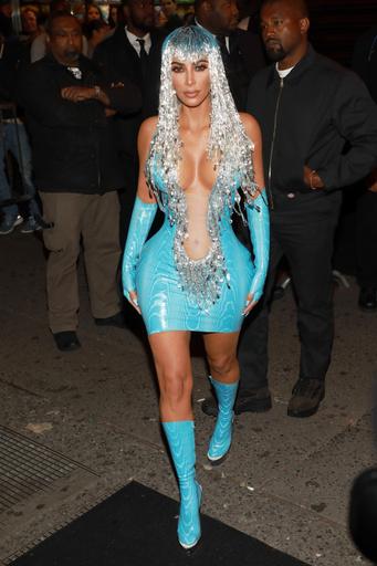 Для вечеринки в клубе Up&Down Ким Кардашьян выбрала яркое голубое платье