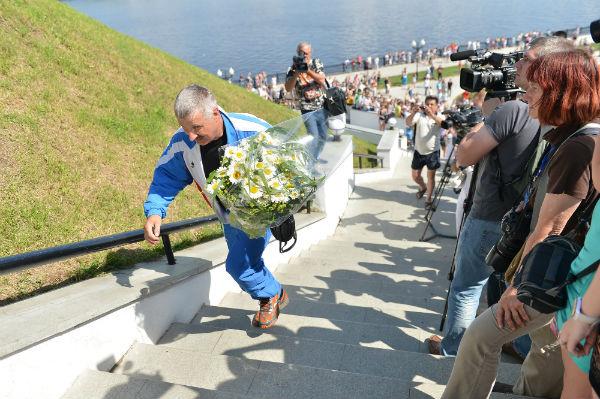 Парашютист-спортсмен клуба ДОСААФ, спустившись с неба, вручил Валентине Терешковой букет