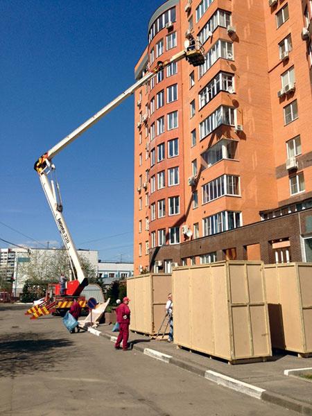 Мебель в квартиру загружают при помощи крана. 8 мая 2013 года