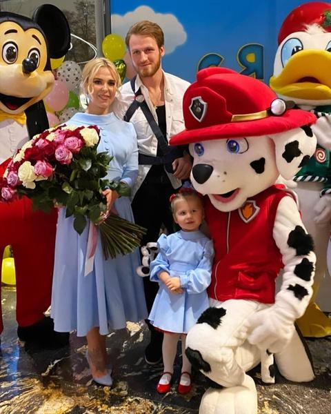 Иван подарил бывшей жене букет цветов