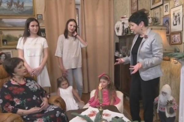 Актриса с внучкой и правнучками