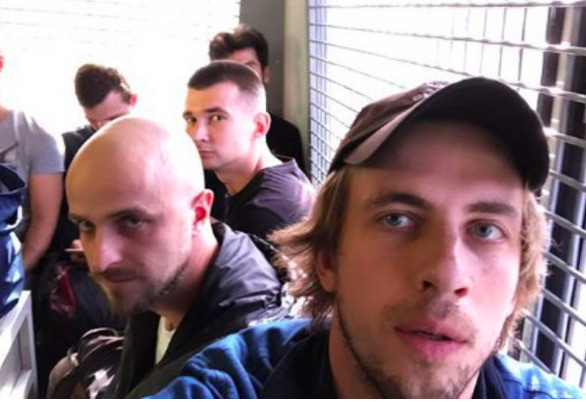 Актер опубликовал фото по пути в полицию