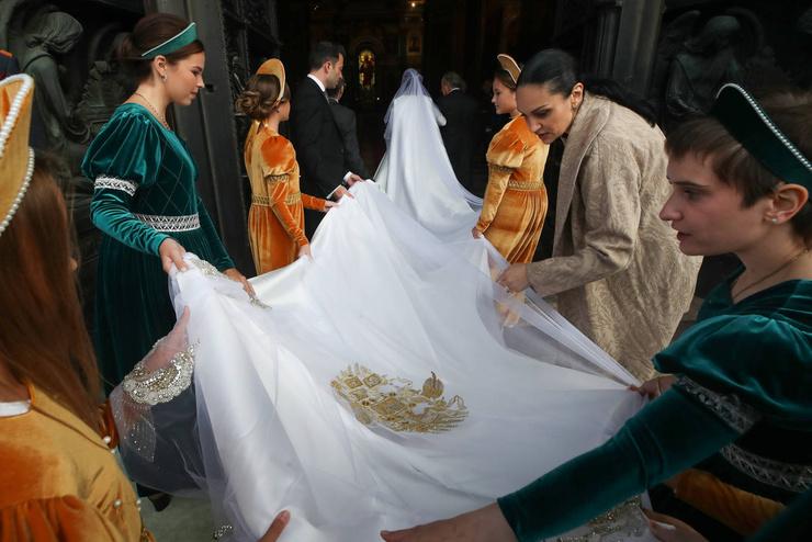 Шлейф платья украшен гербом
