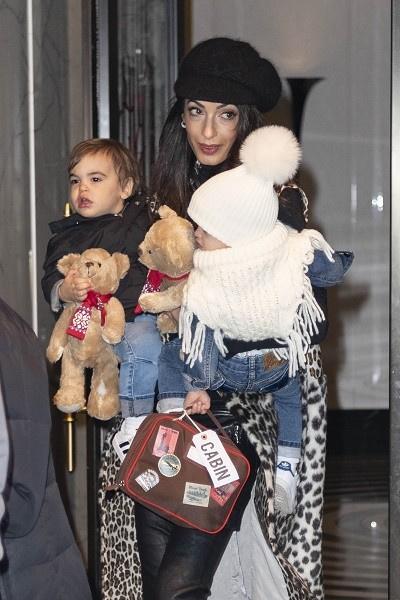 Амаль с дочкой Эллой и сыном Александром