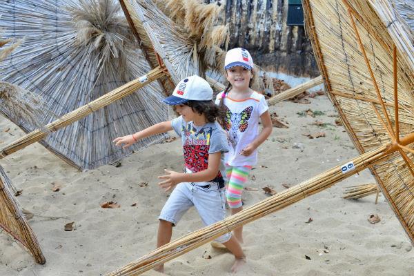 Алла-Виктория и Мартин обожают играть на пляже в догонялки