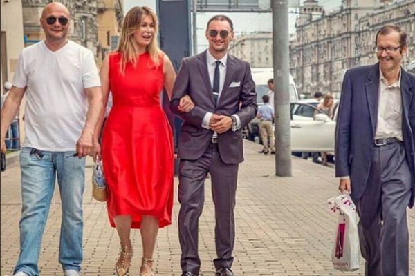 Кристина Бабушкина гуляла на свадьбе подруги со своим избранником (справа от актрисы)
