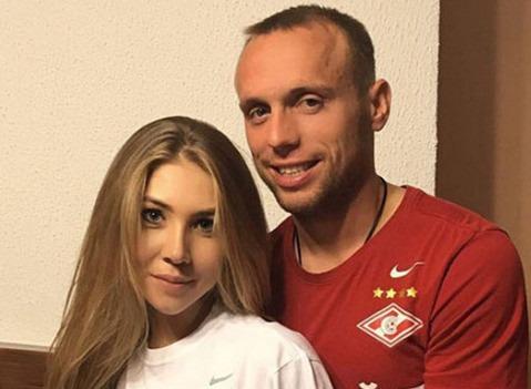 Денис Глушаков официально развелся с женой