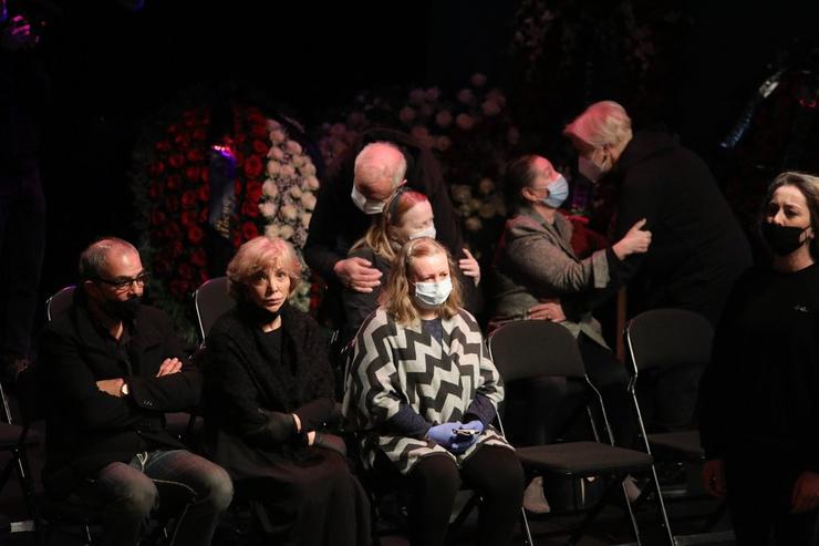 Ольга Остроумова на прощании с супругом мужественно сдерживала слезы