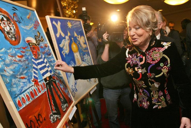 В рамках благотворительной акции Валентина Матвиенко попробовала себя в роли художника