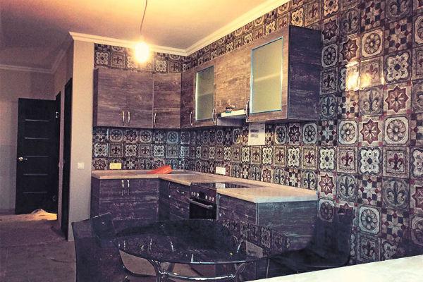 Кухню артист оформил плиткой в восточном стиле