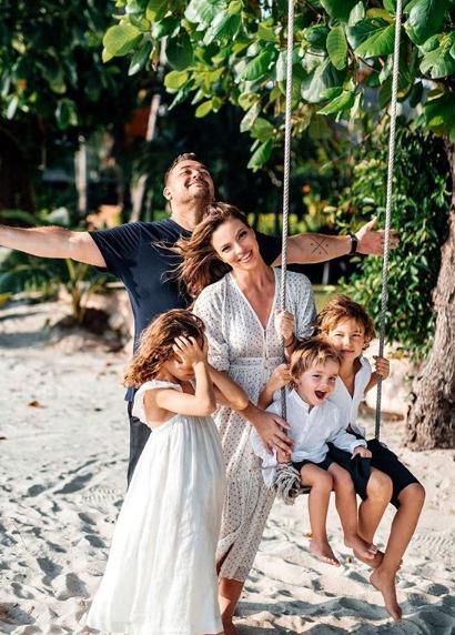 Певец со своей семьей