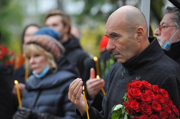 На могиле Марка Захарова установили памятник