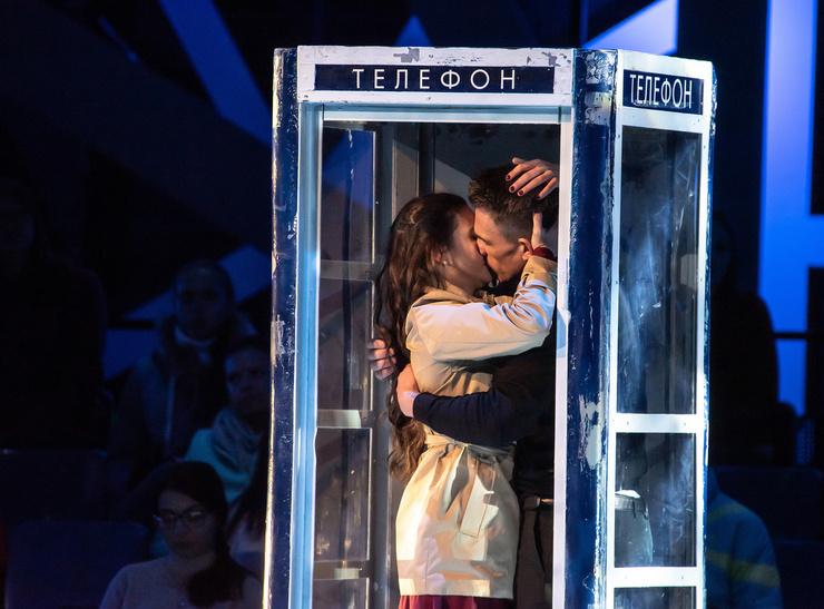 Влад Топалов и Елена Ильиных позволили себе поцелуй на проекте