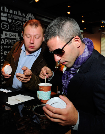 Друзьям Артему и Алексею понравился интерьер: «Очень яркое кафе, привлекает внимание!»