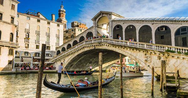 На мосту Риальто всегда толпились туристы...