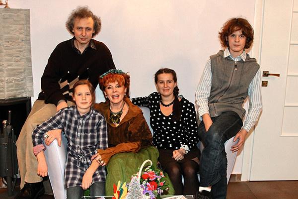 Актриса с зятем и дочерью, а также с внуками Львом и Анной