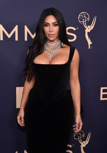 На 71-ю церемонию вручения «Эмми» Ким Кардашьян надела классическое черное платье