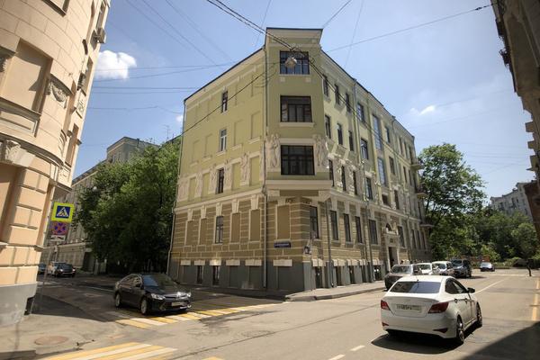 Домашний арест Михаил Олегович отбывает в своей квартире в Плотниковом переулке