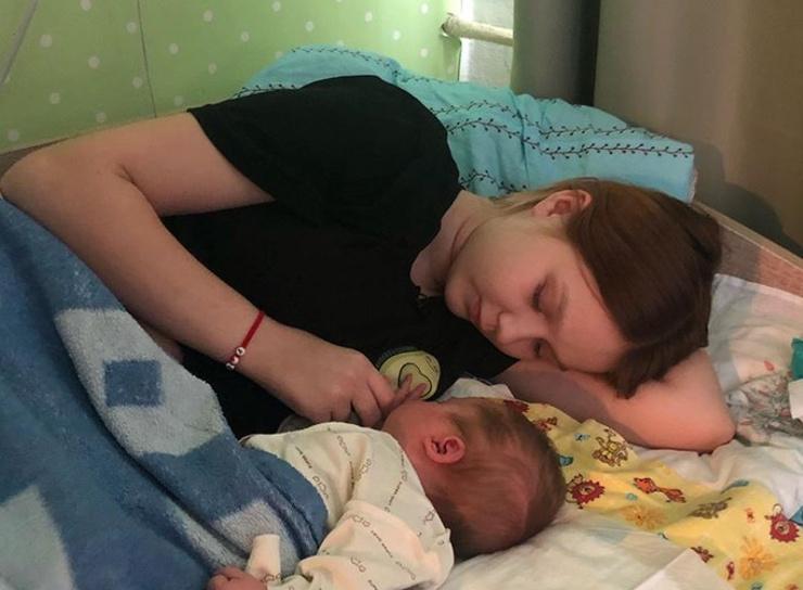 Дарья заботится о маленькой Эмилии