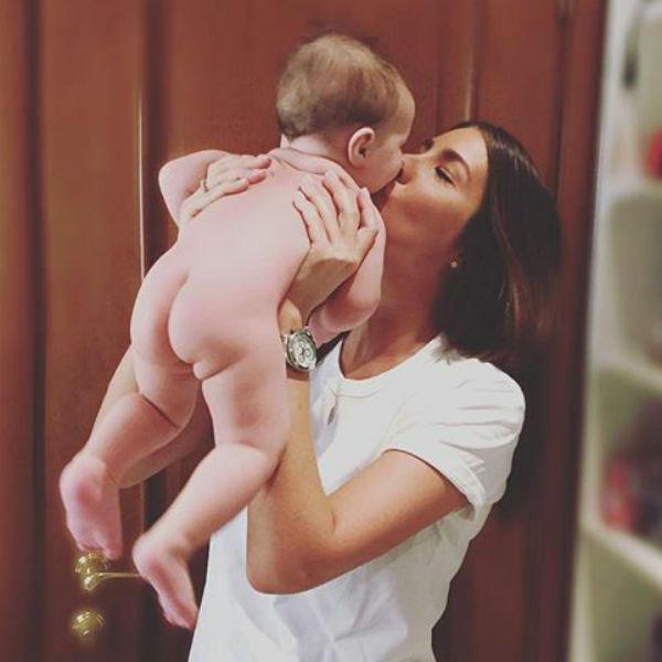 Кети счастлива быть матерью