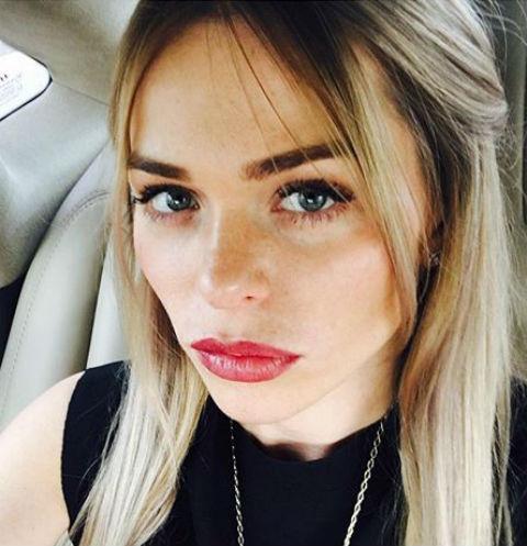 Анна Хилькевич выбирает рисунок для новой татуировки