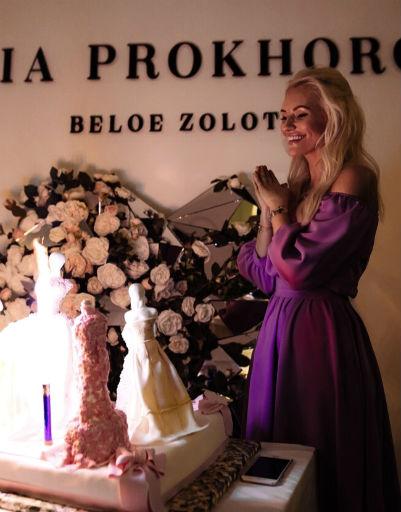 Дизайнер задула свечи на праздничном торте