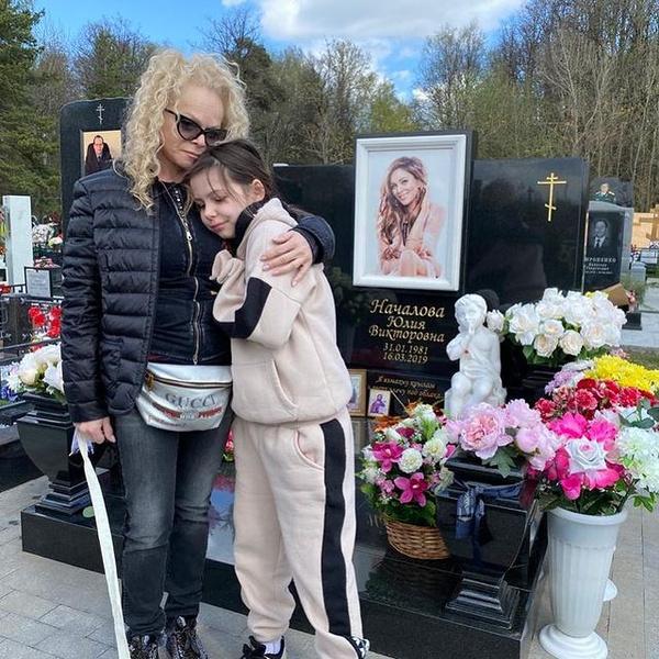 Лариса Долина с внучкой посетили Троекуровское кладбище