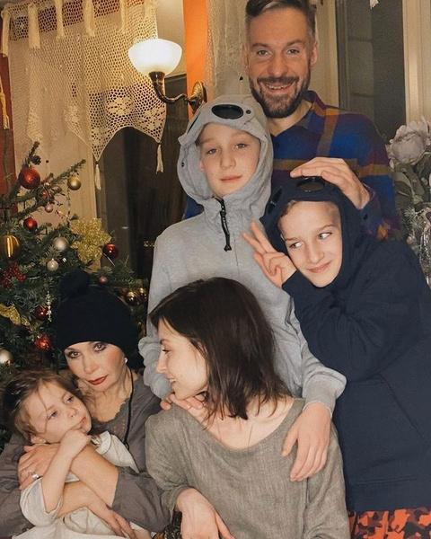 Филипп Васильев с детьми, мамой и Марией Болонкиной
