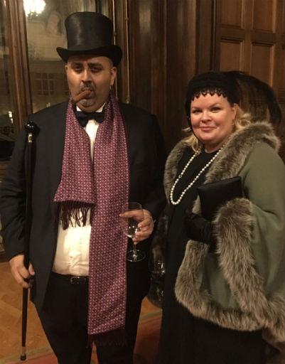 Банкир Фархан Казми с женой точнее всего соответствовали дресс-коду мероприятия